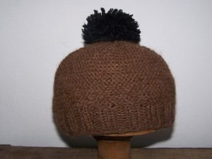 bonnet junior marron pompom noir (2)