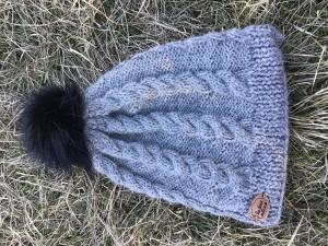 bonnet torsade gris pompon